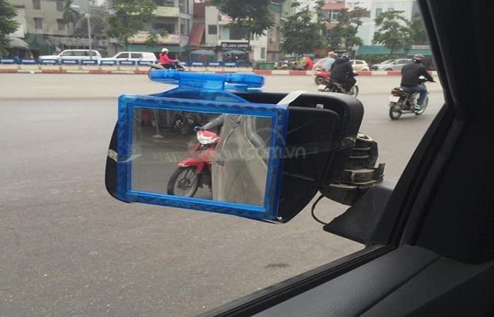 Chiếc xe màu đen phải sử dụng gương vuông để di chuyển tạm thời...