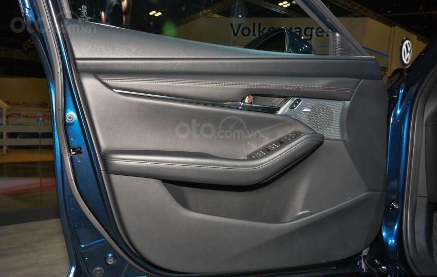 Bên trong cửa xe Mazda 3 2019 mới