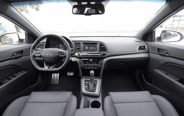 Hyundai Elantra Sport 2018 sở hữu không gian nội thất rộng rãi vượt trội so với các đối thủ a1
