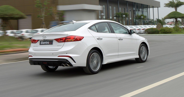 Hyundai Elantra Sport 2018 sở hữu kích thước D x R x C là 4.570 x 1.800 x 1450 (mm) a2