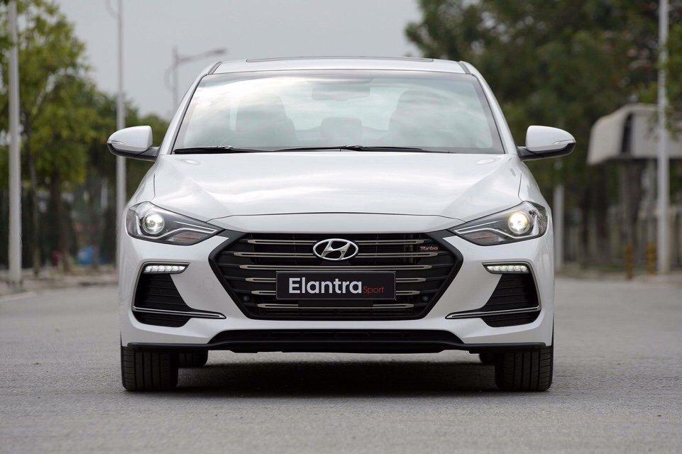 """  Đầu xe Hyundai Elantra Sport 2018 được ví như một """"gương mặt"""" góc cạnh, nam tính a1"""