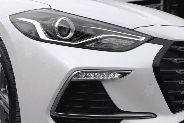 Đánh giá xe Hyundai Elantra Sport 2018: Đèn pha và đèn sương mù 1