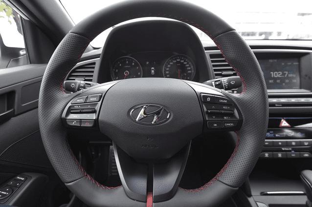 Vô-lăng Hyundai Elantra Sport 2018 bọc da đa chấu, điều chỉnh 4 hướng a1