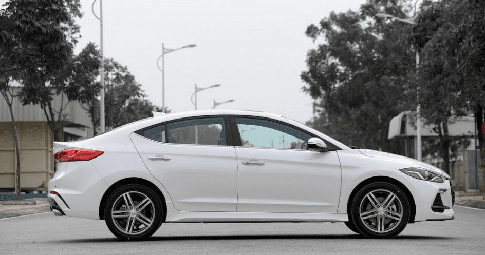 Hyundai Elantra Sport 2018 sở hữu một phần thân mang đặc trưng của dòng coupe 4 cửa a1