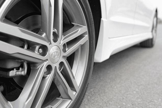 Đánh giá xe Hyundai Elantra Sport 2018: La-zăng hợp kim đa chấu 1