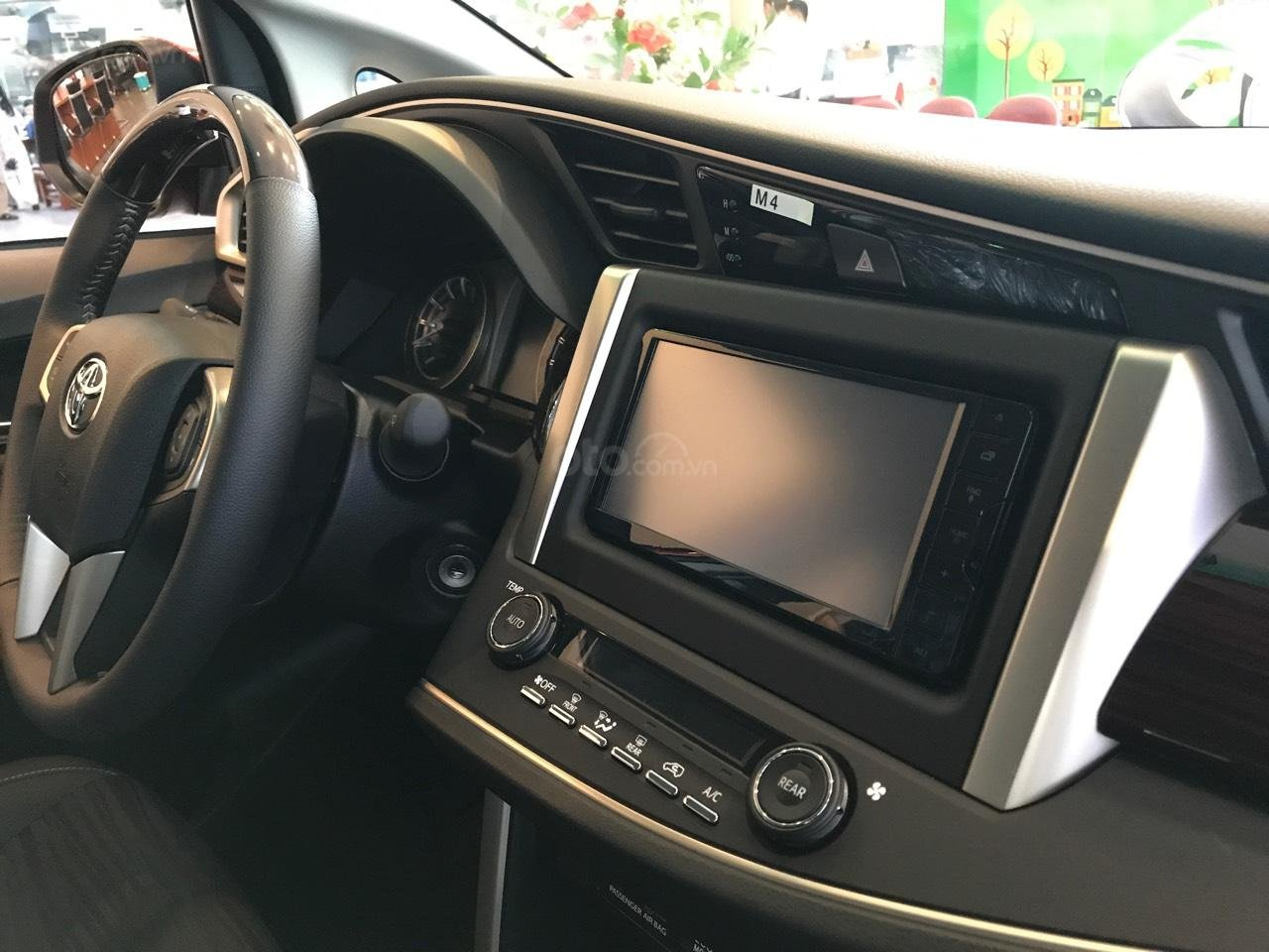 """Toyota Tân Cảng- Ưu đãi xe Innova 2.0 Venturer """"Duy nhất trong tuần giảm 30tr tiền mặt, tặng thêm phụ kiện""""-0933000600-3"""