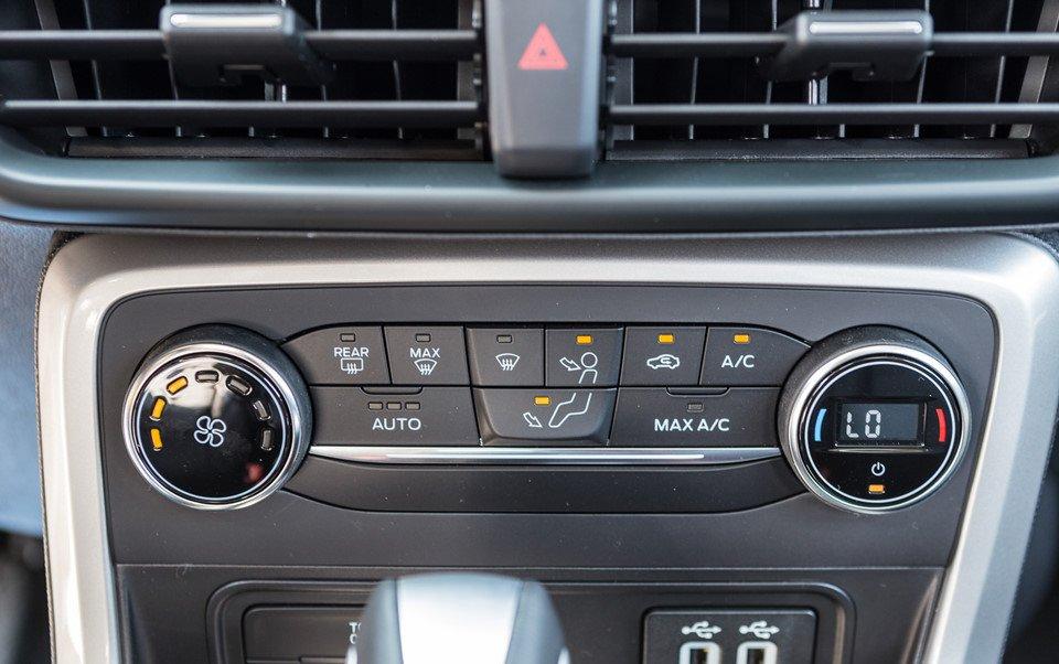 Đánh giá xe Ford Ecosport 2018: Nút điều kiển trên xe.