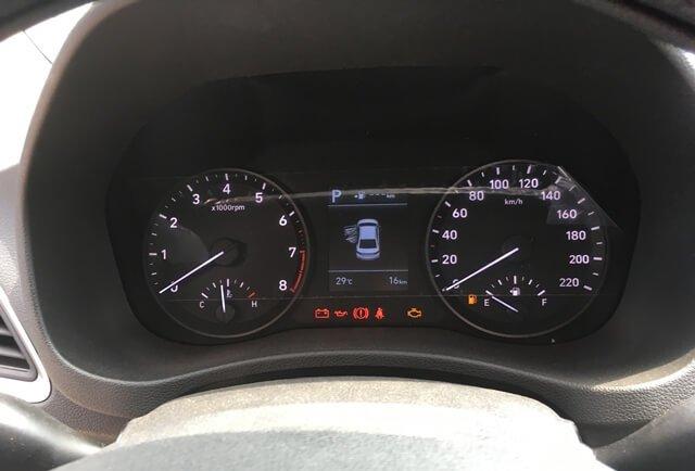 Đánh giá xe Hyundai Accent 2018: Cụm đồng hồ trên xe.