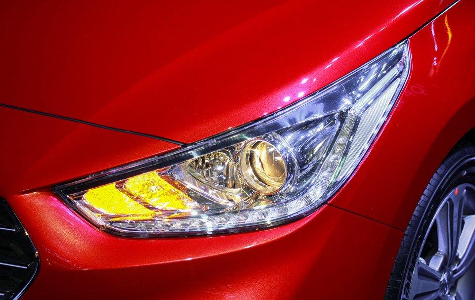 Đánh giá xe Hyundai Accent 2018: Đèn pha LED.