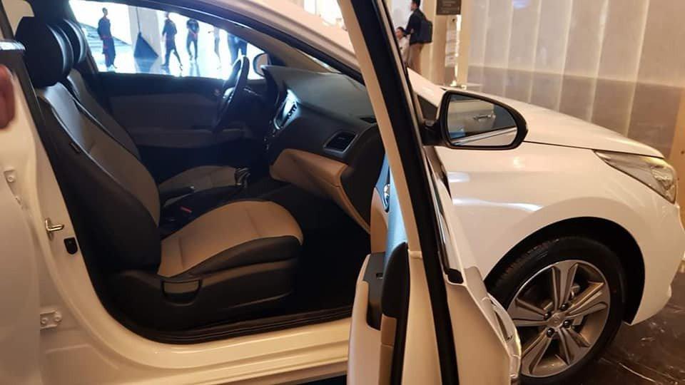 Đánh giá xe Hyundai Accent 2018: Hàng ghế trước xe.