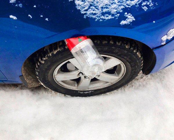 Chỉ điểm 9 mánh khóe trộm ô tô cực tinh vi, nhét chai nhựa vào khe bánh xe.