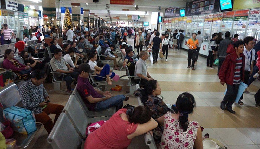 Nhiều người đang chờ mua vé tại bến xe khách