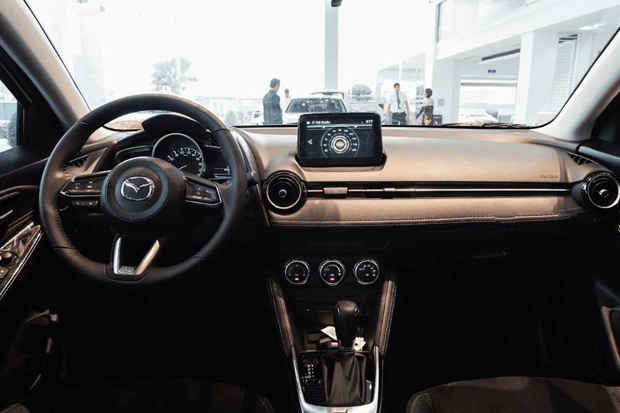 Hyundai Accent 1.4MT 2018 và Mazda 2 Sedan 2019 về vô lăng 2