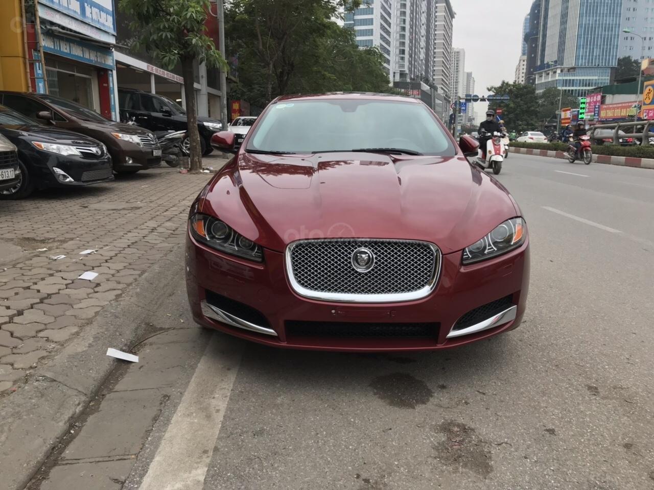 Cần bán Jaguar XF màu đỏ model 2014, xe nhập, giá tốt-0