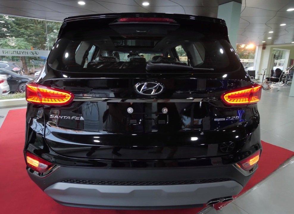 Hyundai Santa Fe 2.2L dầu đặc biệt 2019 và Toyota Fortuner 2.8V 4x4 2018 về phần đuôi 2