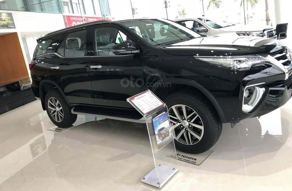Hyundai Santa Fe 2.2L dầu đặc biệt 2019 và Toyota Fortuner 2.8V 4x4 2018 về phần thân 1