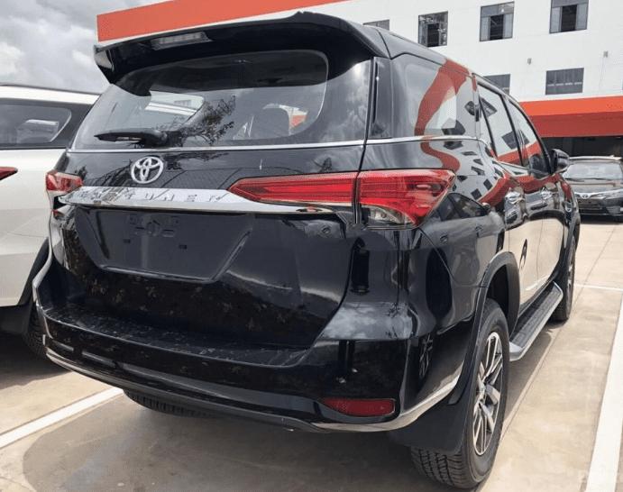 Hyundai Santa Fe 2.2L dầu đặc biệt 2019 và Toyota Fortuner 2.8V 4x4 2018 về phần đuôi 3