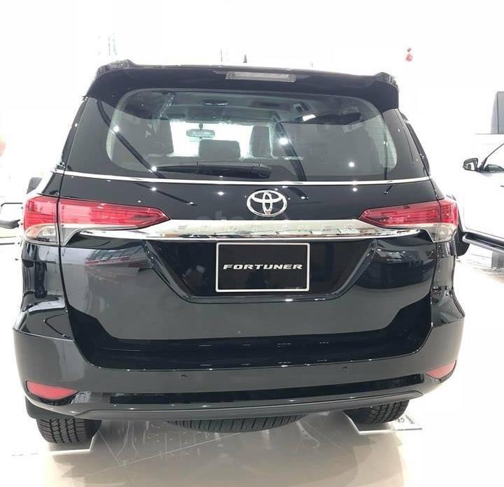 Hyundai Santa Fe 2.2L dầu đặc biệt 2019 và Toyota Fortuner 2.8V 4x4 2018 về phần đuôi 1