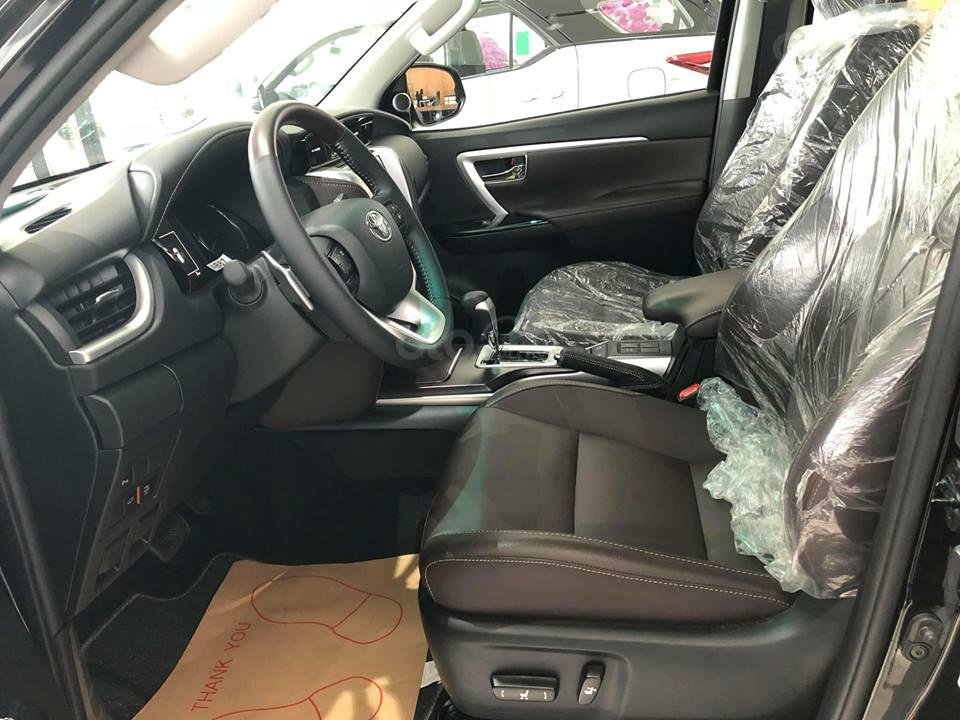 Hyundai Santa Fe 2.2L dầu đặc biệt 2019 và Toyota Fortuner 2.8V 4x4 2018 về ghế ngồi 1