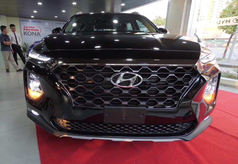 Hyundai Santa Fe 2.2L dầu đặc biệt 2019 và Toyota Fortuner 2.8V 4x4 2018 về phần đầu 2