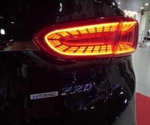 Hyundai Santa Fe 2.2L dầu đặc biệt 2019 và Toyota Fortuner 2.8V 4x4 2018 về phần đuôi 4