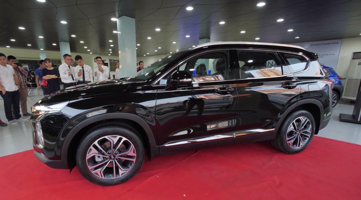 Hyundai Santa Fe 2.2L dầu đặc biệt 2019 và Toyota Fortuner 2.8V 4x4 2018 về phần thân 2