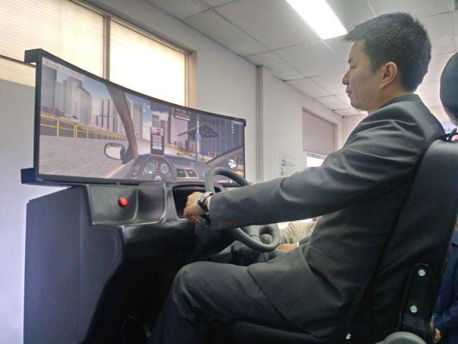 """Học viên đào tạo lái xe sắp được thực hành tại khoang """"cabin tập lái 3D"""" a2"""