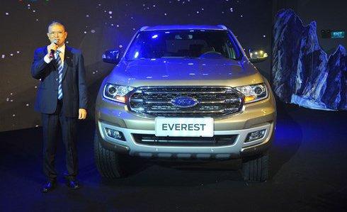 So sánh xe Ford Everest 2019 và Hyundai Santa Fe 2019 về đầu xe.