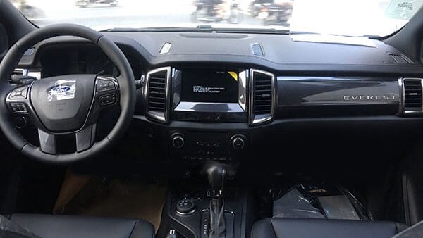 So sánh xe Ford Everest 2019 và Hyundai Santa Fe 2019 về nội thất: Everest áp đảo.