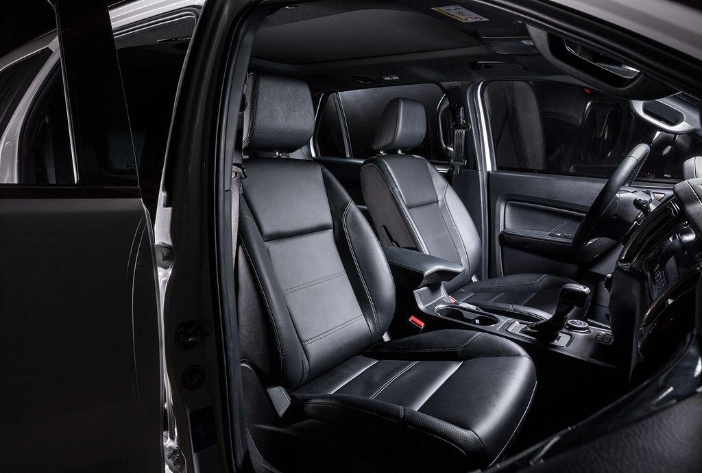 So sánh xe Ford Everest 2019 và Hyundai Santa Fe 2019 về ghế ngồi.