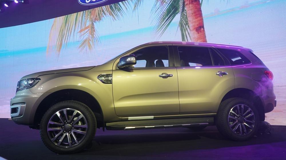 So sánh xe Ford Everest 2019 và Hyundai Santa Fe 2019 về thân và đuôi xe.