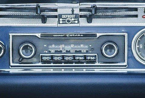 Nguyên tắc '8 Không' để đảm bảo lái xe ô tô an toàn - không bật radio quá lớn.