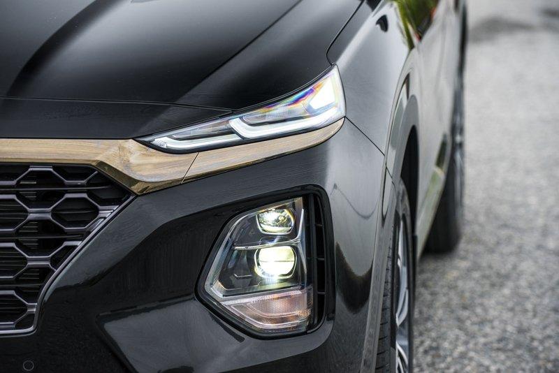 Ảnh chụp trước xe Hyundai Santa Fe 2019 màu đen