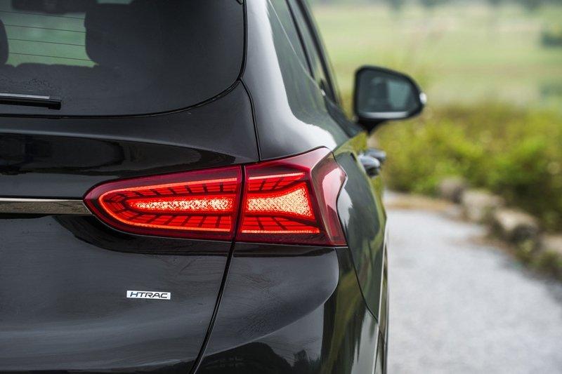 Ảnh chụp đèn hậu xe Hyundai Santa Fe 2019 màu đen
