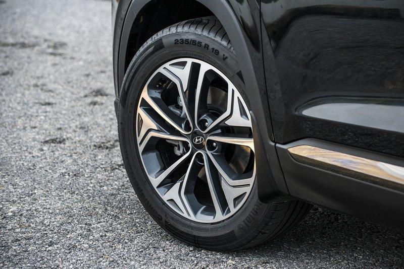 Ảnh chụp la-zăng xe Hyundai Santa Fe 2019 bản cao cấp