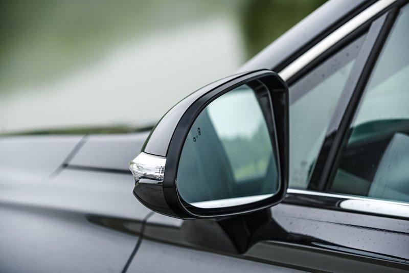 Ảnh chụp gương xe Hyundai Santa Fe 2019 màu đen