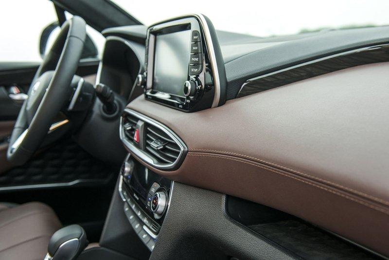 Ảnh chụp bảng táp-lô xe Hyundai Santa Fe 2019 màu đen và nâu