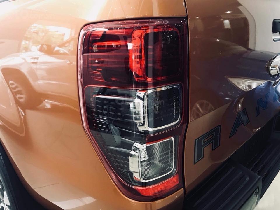 Điểm nổi bật của Ford Ranger 2019 chính là cụm đèn hậu hình chữ nhật đặt dọc chia thành 3 khoang a2
