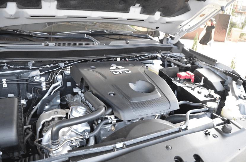 Mitsubishi Triton MIVEC 4x4 AT 2019 và Ford Ranger Wildtrak 4x4 AT 2018 về trang bị động cơ 2