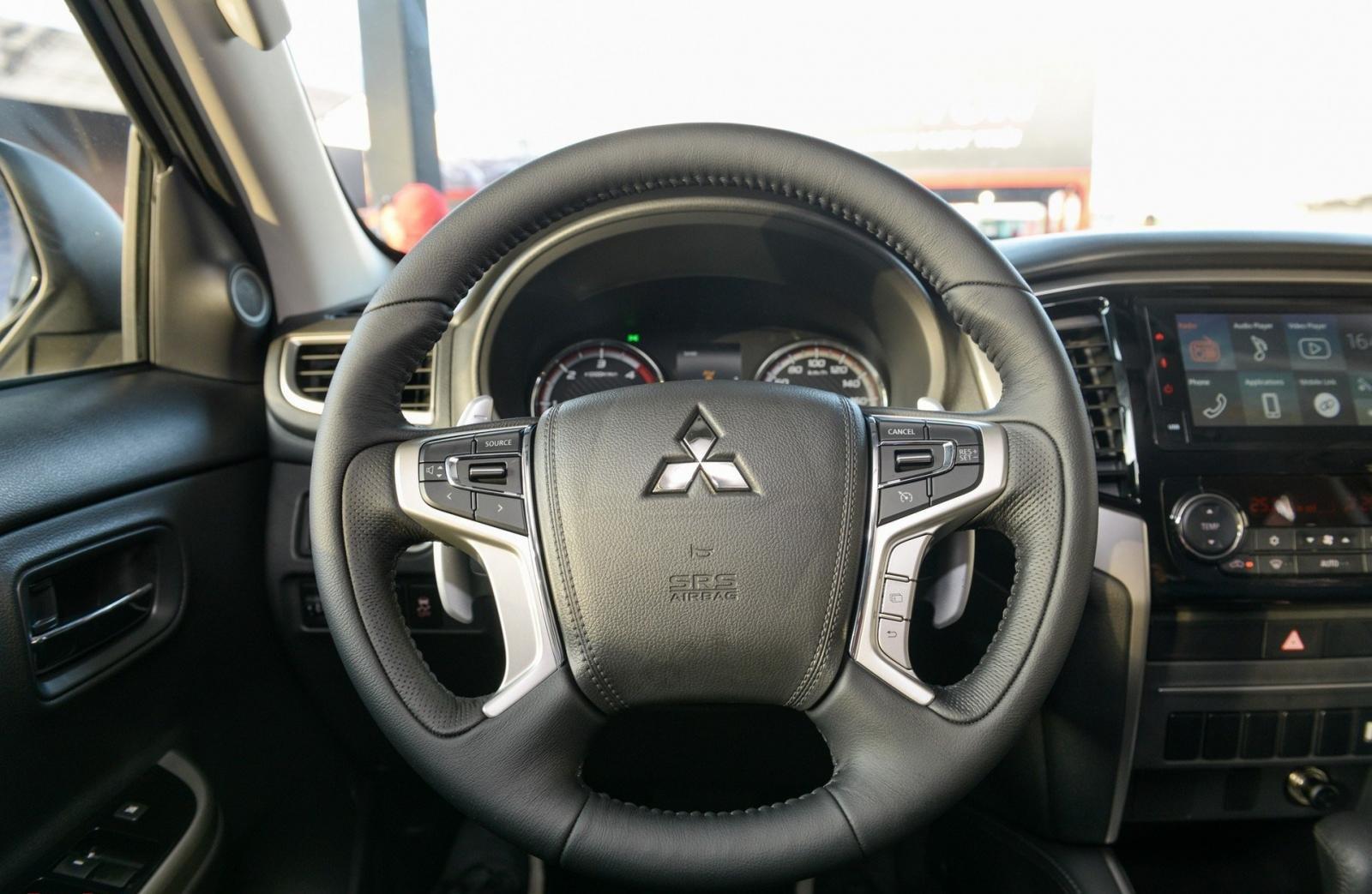 Mitsubishi Triton MIVEC 4x4 AT 2019 và Ford Ranger Wildtrak 4x4 AT 2018 về trang bị táp lô và vô lăng 4