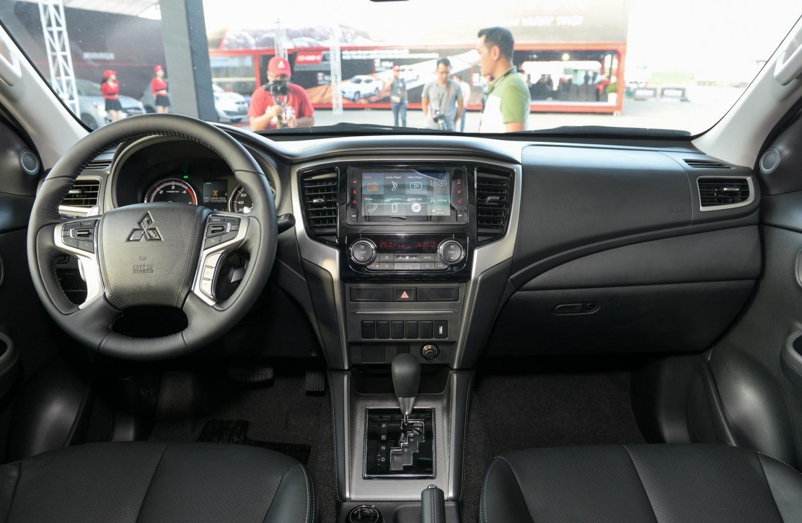 Mitsubishi Triton MIVEC 4x4 AT 2019 và Ford Ranger Wildtrak 4x4 AT 2018 về trang bị táp lô và vô lăng 3