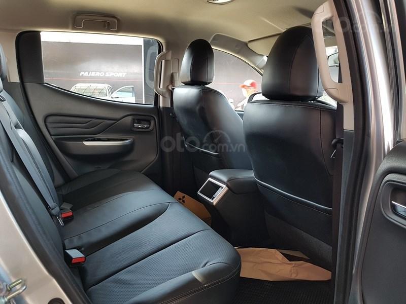 Mitsubishi Triton MIVEC 4x4 AT 2019 và Ford Ranger Wildtrak 4x4 AT 2018 về trang bị ghế ngồi 4