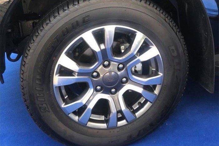 Mitsubishi Triton MIVEC 4x4 AT 2019 và Ford Ranger Wildtrak 4x4 AT 2018 về phần thân 2