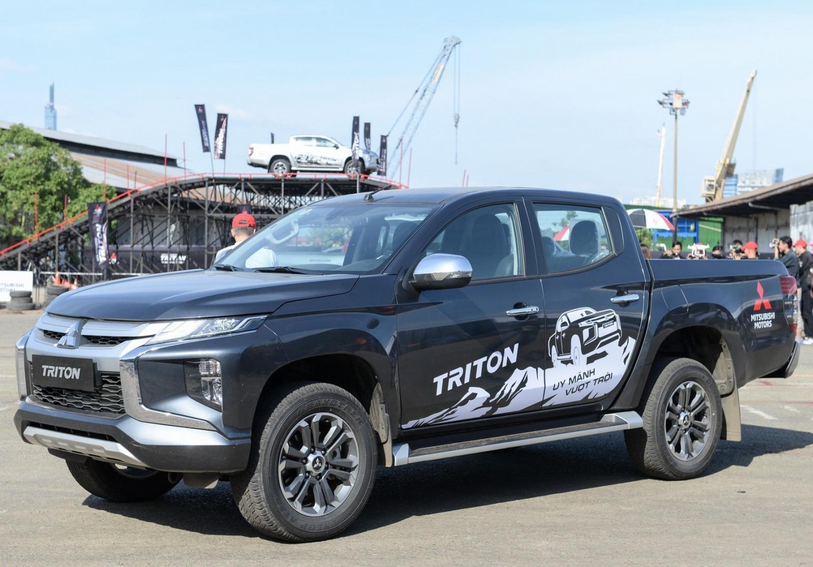 Mitsubishi Triton MIVEC 4x4 AT 2019 và Ford Ranger Wildtrak 4x4 AT 2018 về phần thân 3