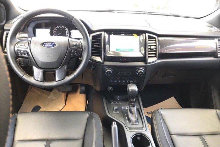 Mitsubishi Triton MIVEC 4x4 AT 2019 và Ford Ranger Wildtrak 4x4 AT 2018 về trang bị táp lô và vô lăng 1