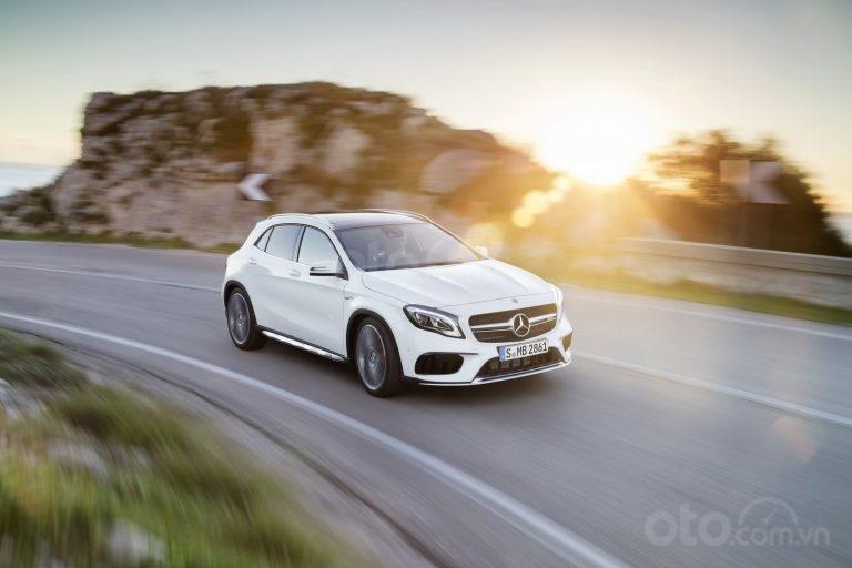 Mercedes-Benz GLA-Class đang chạy