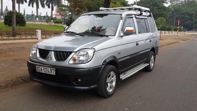 Mitsubishi Jolie màu bạc...