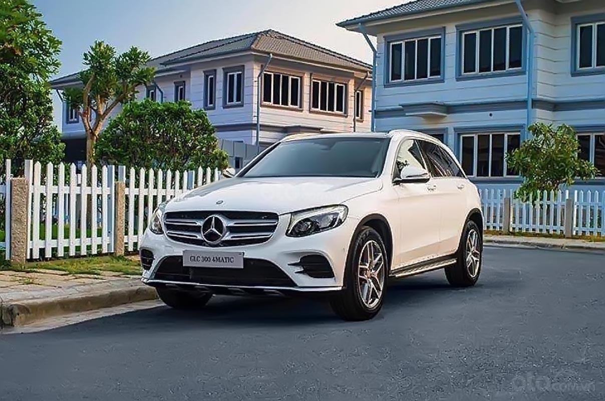 Cần bán xe Mercedes 300 4Matic đời 2018, màu trắng-1