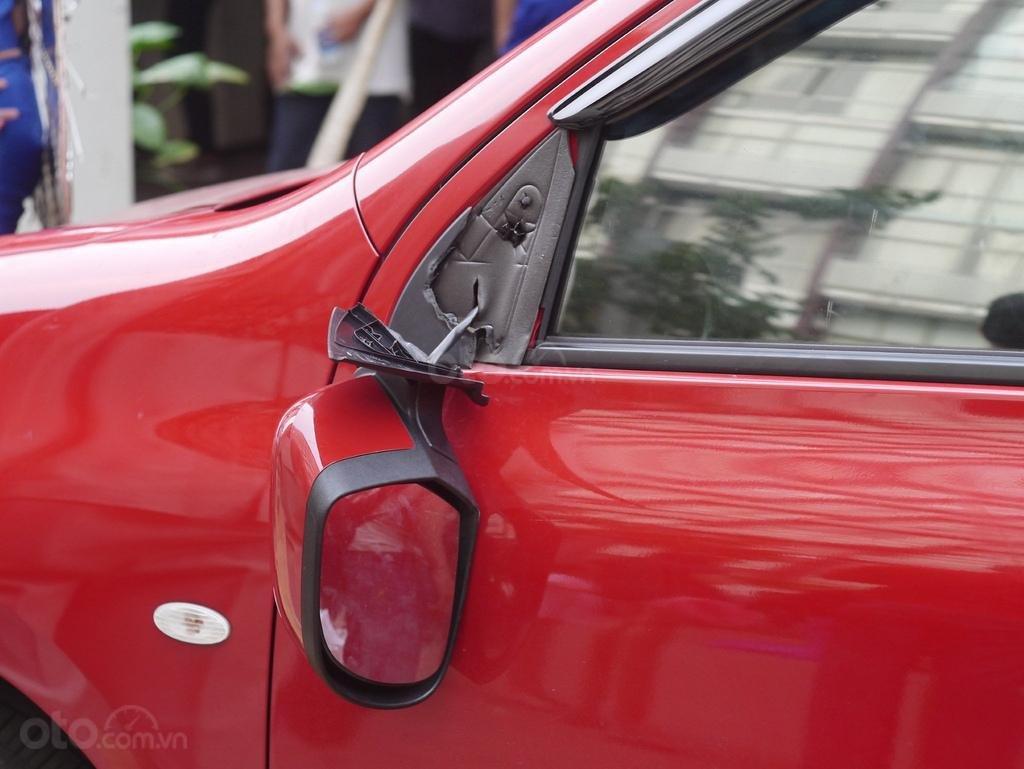 Dấu hiệu cần thay gương cửa ô tô - Không thể cố định