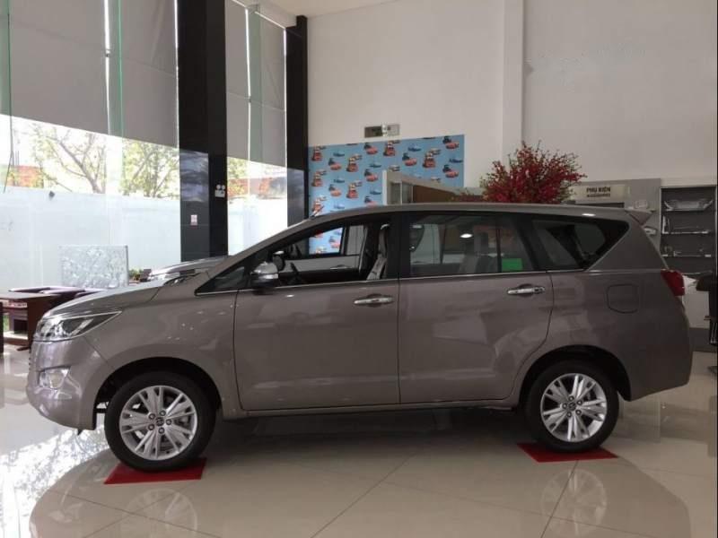 Cần bán Toyota Innova 2.0V đời 2019, màu xám, giá 946tr-1
